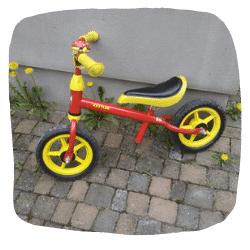 Ein Laufrad lehnt an einer Wand