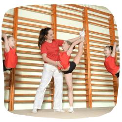 Mädchen machen Ballet an Sprossenwand