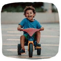 Junge fährt auf einem Dreirad
